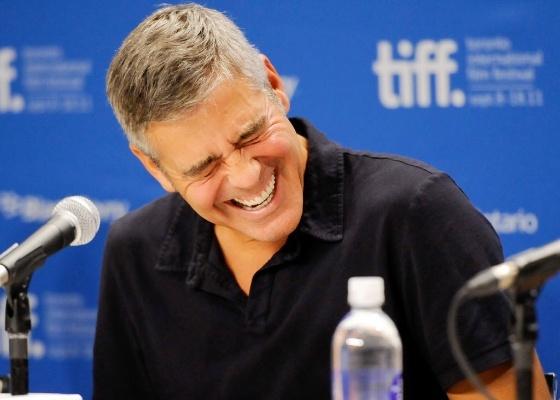 """George Clooney dá risada de pergunta de jornalista em coletiva do filme """"The Descendants"""" em Toronto (10/9/2011)"""