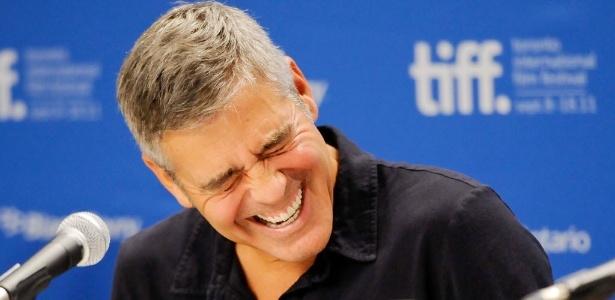 George Clooney dá risada de pergunta de jornalista em coletiva do filme The Descendants em Toronto (10/9/2011)
