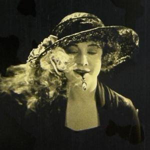 Betty Compson em cena de The White Shadow, um dos primeiros filmes de Alfred Hitchcock