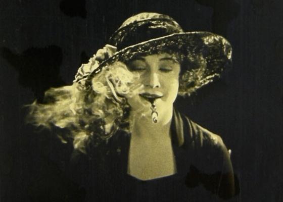 """Betty Compson em cena de """"The White Shadow"""", de Alfred Hitchcock"""