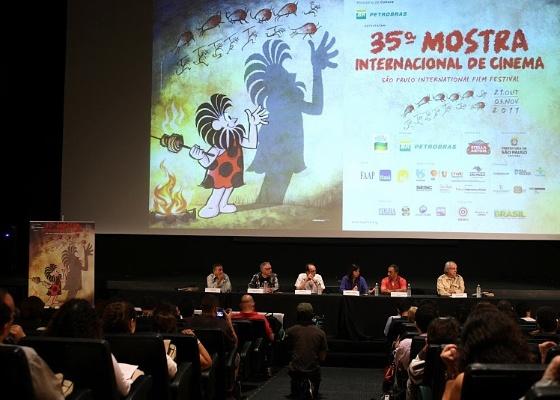 Entrevista coletiva de apresentação da 35ª Mostra Internacional de SP, com cartaz de Maurício de Sousa ao fundo