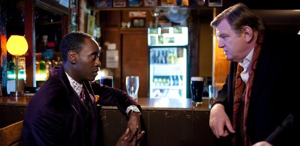 """Don Cheadle e Brendan Gleeson em cena de """"O Guarda"""""""