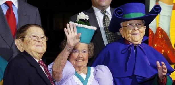 """Karl Slover (à esquerda) participa de evento em Beverly Hills, ao lado de Margaret Pellegrini e Meinhardt Raabe, que também viveram Munchkins em """"O Mágico de Oz"""" (20/10/2005)"""