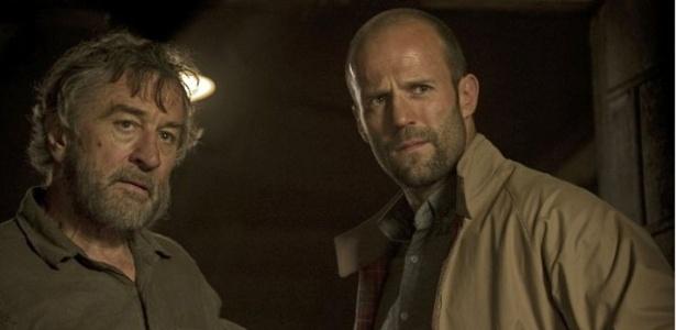 """Robert De Niro e Jason Statham em cena do filme """"Os Especialistas"""""""