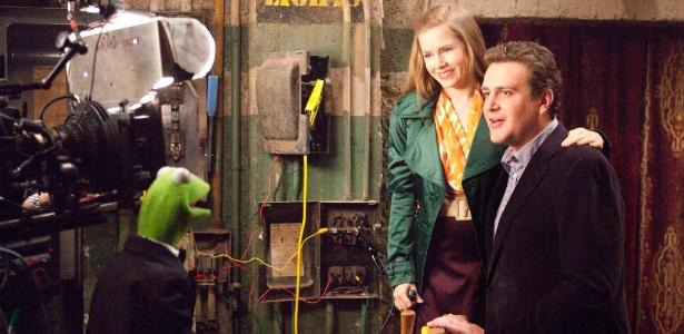 Cena de Os Muppets, com Kermit, Mary (Amy Adams) e Gary (Jason Segel)