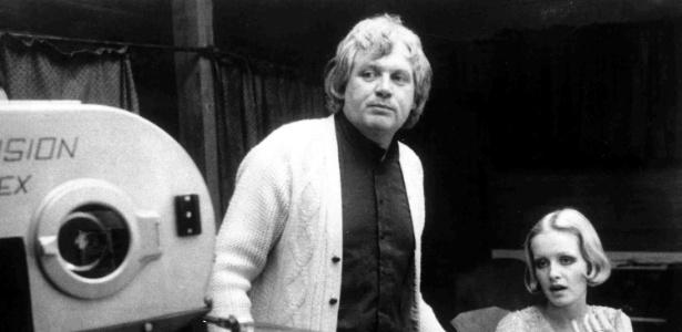 O cineasta Ken Russell ao lado da modelo Twiggy, em foto de 1971