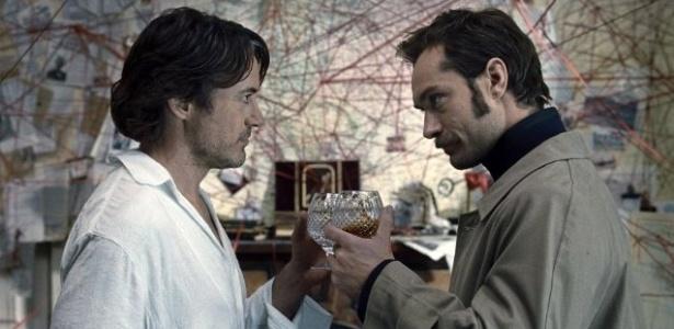 Sherlock Holmes (Robert Downey Jr.) e Dr. Watson (Jude Law) em cena de O Jogo das Sombras, segundo filme da franquia sobre o detetive