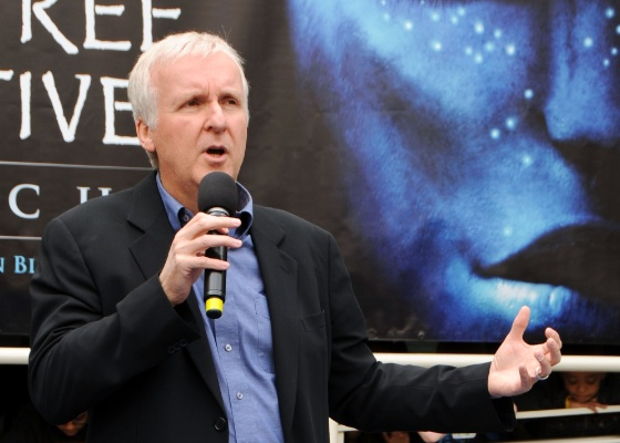 "O diretor James Cameron posa ao lado no cartaz de ""Avatar"" durante evento em Los Angeles (22/4/7)"