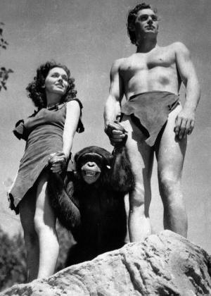 Johnny Weissmuller, como Tarzan, Maureen O'Sullivan, como Jane, e Cheetah, o chimpanzé, em cena do filme Tarzan, O Homem Macaco, de 1932.