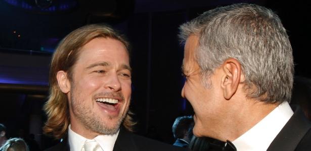 Brad Pitt e George Clooney conversam durante o Critic's Choice Movie Awards, em Los Angeles (12/1/12)
