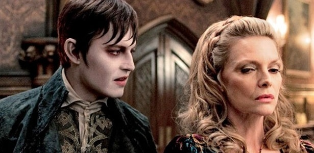 "Johnny Depp e Michelle Pfeiffer em cena de ""Dark Shadows"", novo filme de Tim Burton"