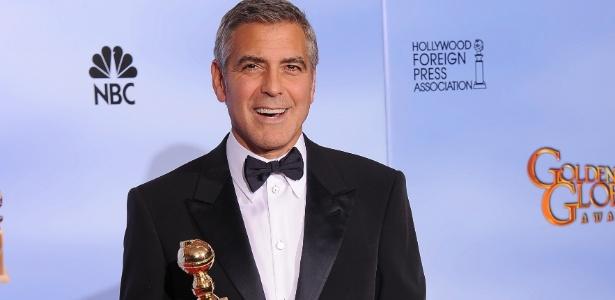 """George Clooney com seu Globo de Ouro de melhor ator em drama por """"Os Descendentes"""" (15/1/12)"""