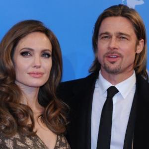 """Angelina Jolie e Brad Pitt posam para foto antes da première de """"In the Land of Blood and Honey"""", primeiro filme dirigido pela atriz (11/2/12)"""