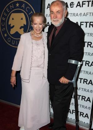A atriz Zina Feeley acompanhada do ator Robert David Hall durante premiação do SAG, em Los Angeles (7/11/2011)