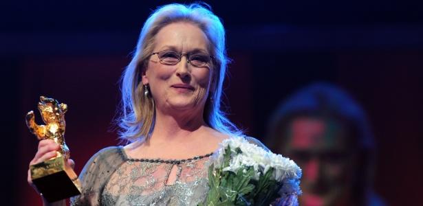 Meryl Streep recebendo um Urso de Ouro honorário no Festival de Berlim 2012 por sua carreira (14/2/12)