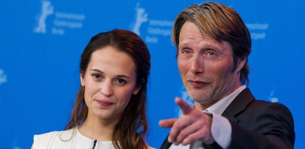 """Alicia Vikander e Mads Mikkelsen divulgam o filme """"A Royal Affair"""" no Festival de Berlim 2012"""