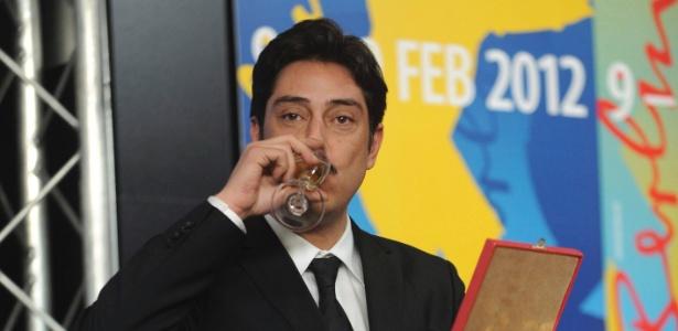 """O diretor Miguel Gomes comemora prêmios recebido por """"Tabu"""" no Festival de Berlim (18/2/2012) - EFE"""