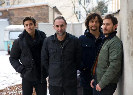 """Da esq. para a dir., Jesuita Barbosa, Karim Aïnouz, Wagner Moura e Clemens Schick, equipe do filme """"Praia do Futuro"""", em Berlim"""