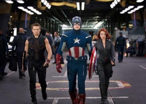 """Imagem de """"Os Vingadores"""" com os atores Jeremy Renner, Chris Evans e Scarlett Johansson interpretando Gavião Arqueiro, Capitão América e Viúva Negra."""