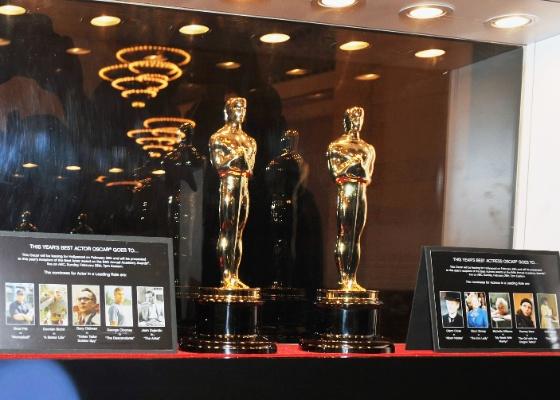 Estatuetas que serão entregues ao melhor ator e atriz na 84ªedição do Oscar são expostas na estação central de Nova York (24/2/12)