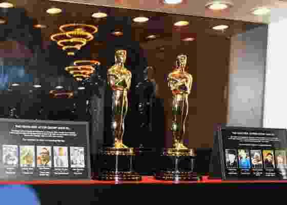 Estatuetas que serão entregues ao melhor ator e atriz na 84ªedição do Oscar são expostas na estação central de Nova York (24/2/12) - Slaven Vlasic/Getty Images/AFP