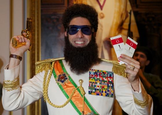 """Sacha Baron Cohen se veste como o """"Ditador"""" (25/2/12)"""