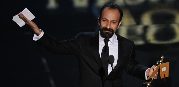 """Diretor Asghar Farhadi recebe o prêmio de melhor filme em língua estrangeira por """"A Separação"""" (26/2/12)"""