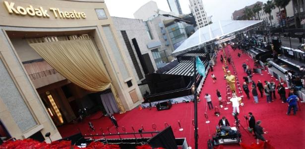 Equipe de produção dá os últimos retoques ao tapete vermelho do Kodak Theatre, que recebeu a cerimônia do Oscar 2012