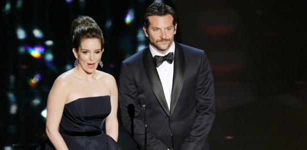 Tina Fey e Bradley Cooper apresentam prêmio no Oscar 2012 (26/2/12)