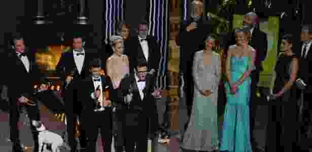 """Produtor Thomas Langmann, diretor Michel Hazanavicius e elenco de """"O Artista"""" sobem no palco após a vitória do filme no Oscar 2012 (27/2/12) - Robyn Beck/AFP Photo"""