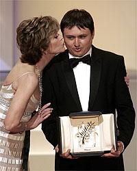 Jane Fonda cumprimenta o diretor romeno Cristian Mungiu